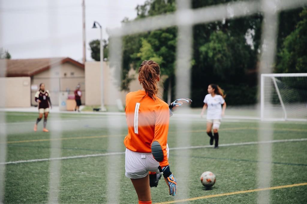 contratos atletas pandemia - goleira chutando uma bola