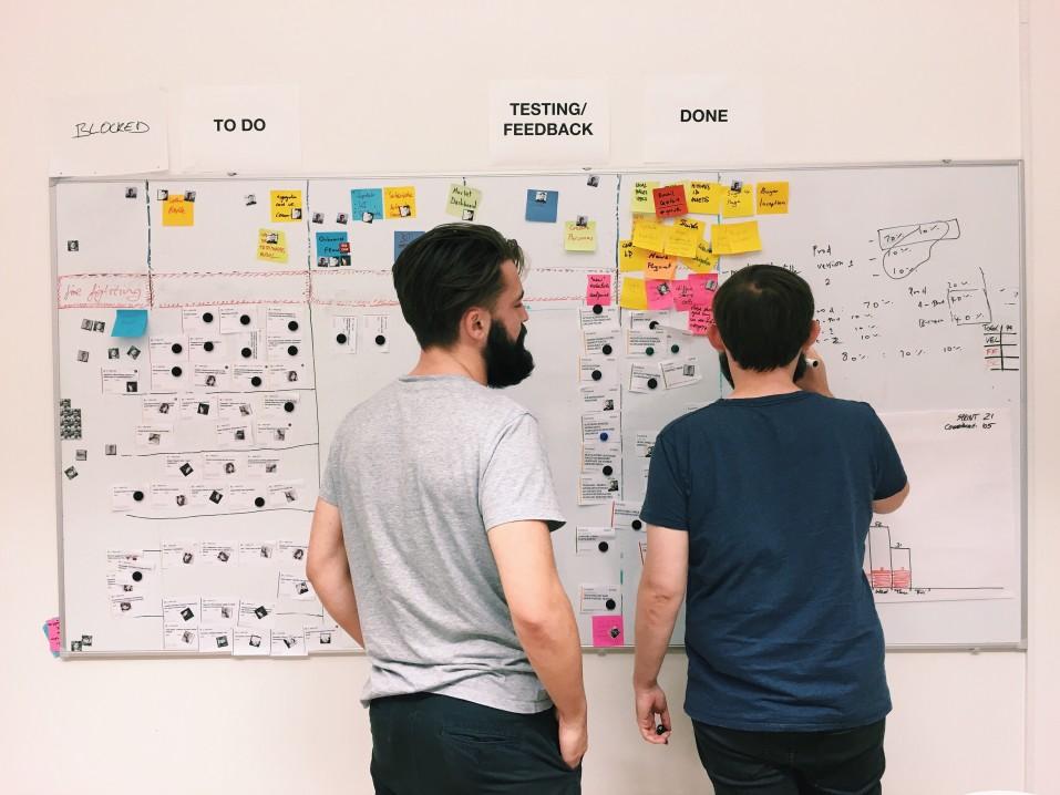 Marco Legal das Startups - dois homens usando um quadro branco